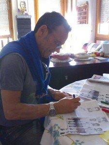 Scarrone-mentre-firma-l'autografo