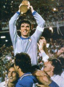 Zoff-alza-la-Coppa-del-Mondo-(1982)