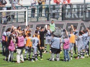 Andrea-Servili-con-i-compagni-sotto-la-curva,-prima-di-giocare-l'ultima-partita-della-carriera